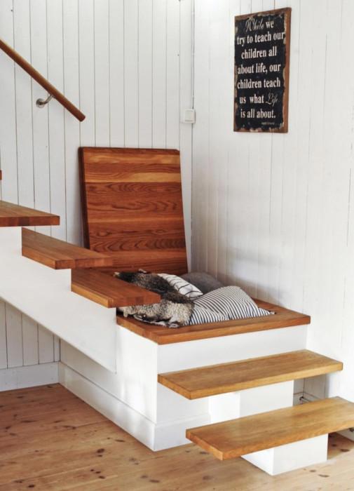 Ниша под лестницей - хорошее место для хранения постельного белья.