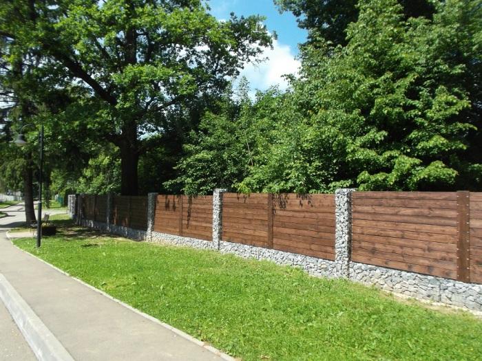 Габионы можно успешно использовать в качестве основания для любой деревянной конструкции.