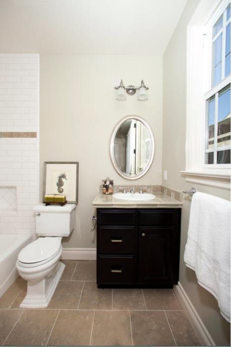 Светлая ванная комната с деревянной тумбой из дорогой тёмной породы древесины.