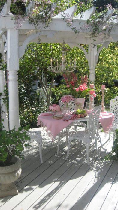 Простий стіл і стільці під навісом на задньому дворі дозволять насолодитися жаркими літніми днями, проведеними на свіжому повітрі.