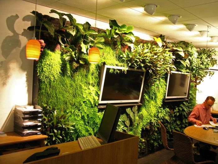 Вертикальный искусственный сад станет отличным дополнением в вашем офисе.