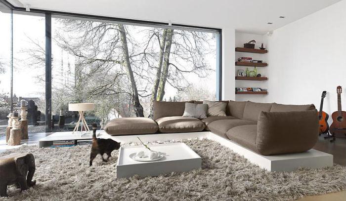Дизайн гостиной с панорамными окнами.