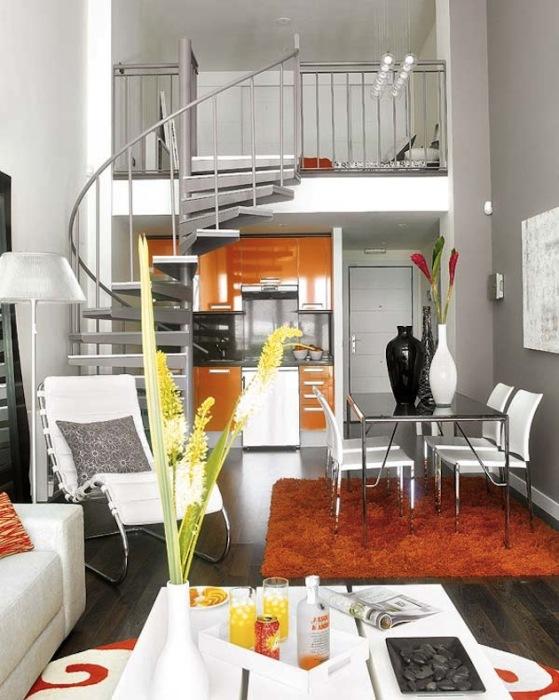 Металлическая винтажная лестница в малогабаритной квартире.
