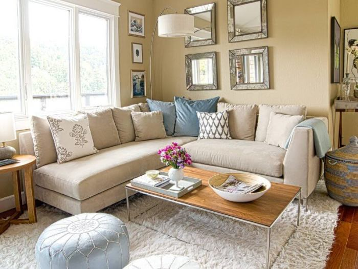 Гостиная комната с мягким угловым диваном, который идеально подходит для малогабаритных помещений.