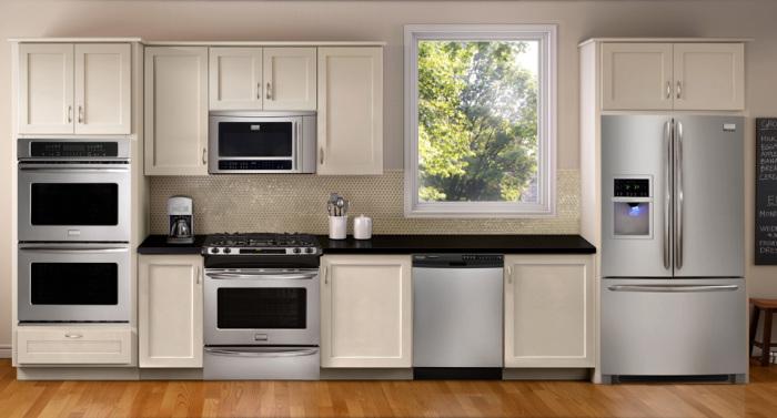 Удивительное сочетание серебристого и светлого цвета в кухонном помещении.