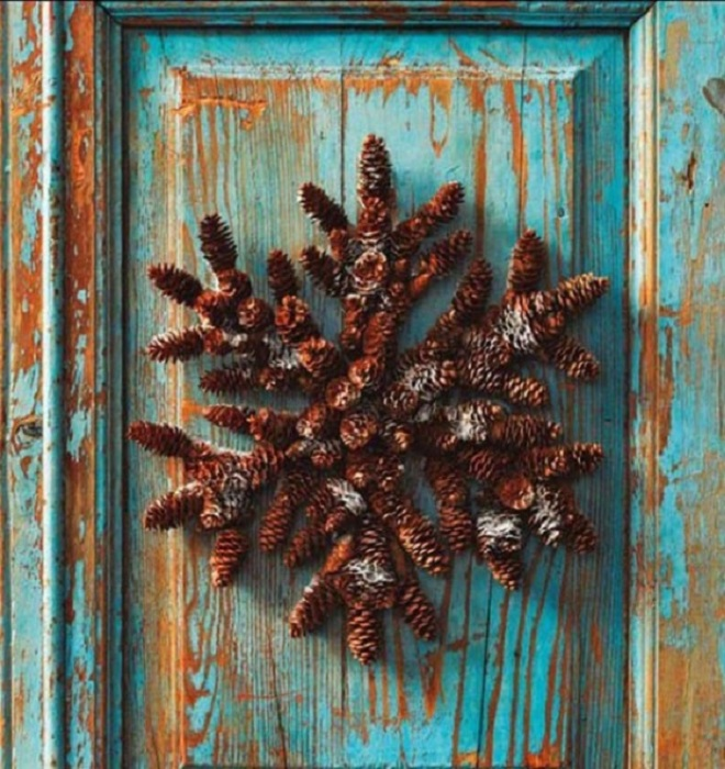 Необычная поделка из шишек, которая украсит старую дверь.