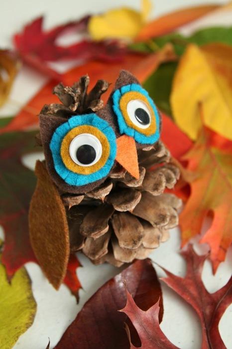 Еловые и сосновые шишки можно использовать в качестве декоративных элементов в любом современном интерьере.