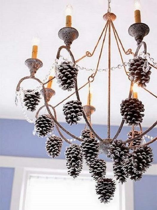 Созданная своими руками люстра из шишек, преобразит интерьер, сделает обстановку очень уютной и тёплой.