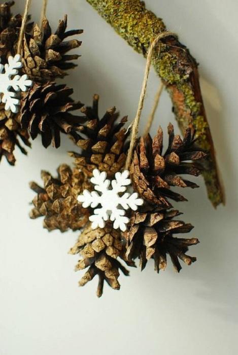 Нескучная поделка из сосновых шишек, которая поможет украсить новогодний интерьер.