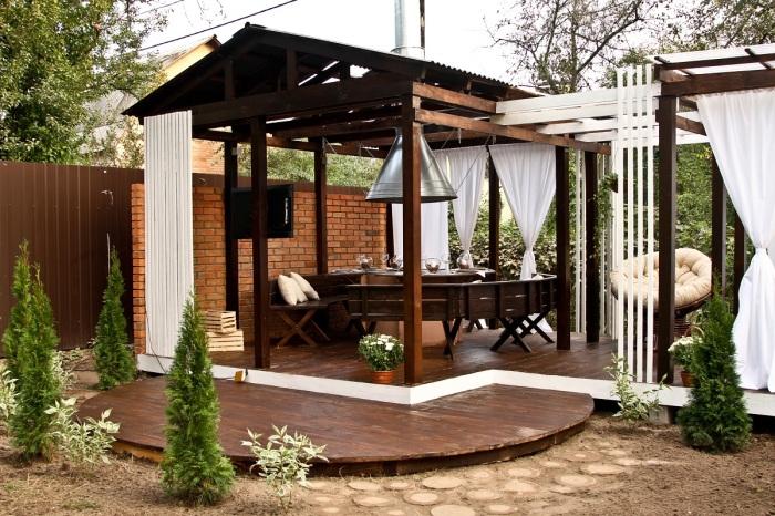 Необычная столовая на свежем воздухе способна приукрасить действительность и привлечь внимание гостей.