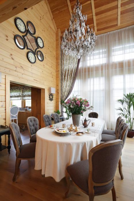 Помещение, оформленное в рустикальном стиле с применением ценных пород древесины.