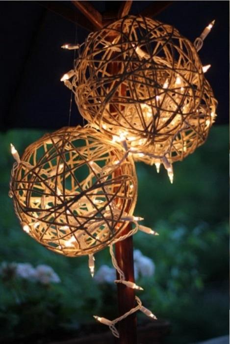 Стильное украшение, для создания которого понадобится небольшая верёвка, клей и светодиодные светильники.