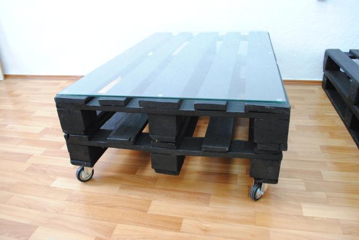 Журнальный столик из поддонов, покрашенных в черный цвет.