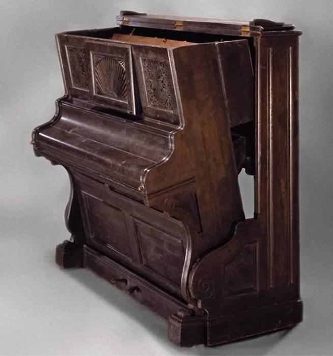 Днём это выглядит как старое пианино, а ближе к ночи одним лёгким движением превращается в удобное ложе.