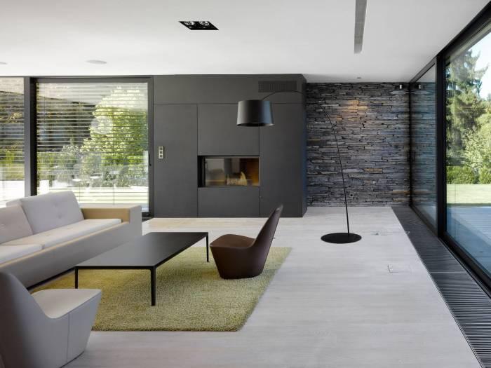 Стена, облицованная искусственным сланцевым камнем темного оттенка.