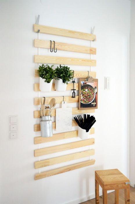 Вертикальное озеленение в квартире можно создать при помощи обычных деревянных реек и комнатных растений.