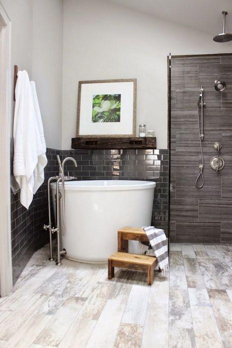 Лучшим выходом в небольшой ванной комнате станет решение по замене классической ванны на компактную душевую кабину.