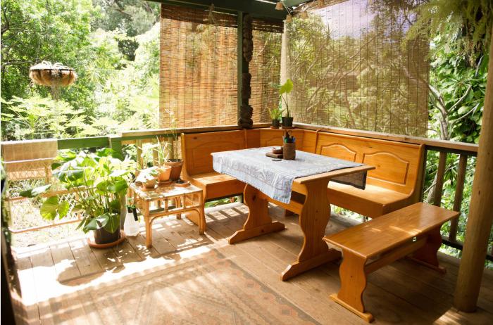 Беседка в тени деревьев - отличное место для ужина в хорошей компании и приятного времяпрепровождения.
