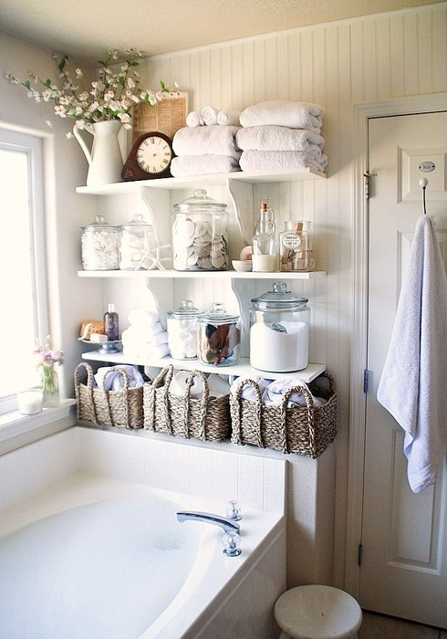 Для хранения ватных дисков, мыла и мелких тюбиков подойдут стеклянные банки и декоративные ведёрки.