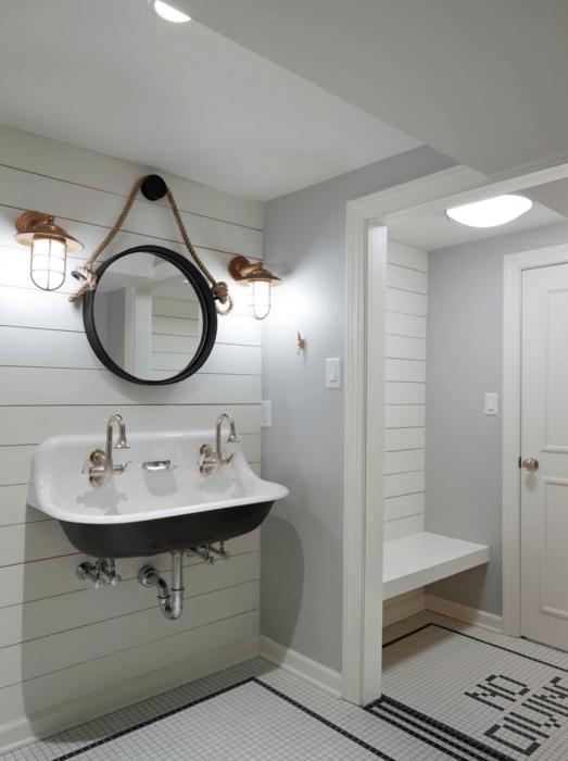 Дополнительная полка у входа в ванную комнату позволит сделать пространство более функциональным.