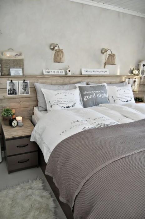 Пастельные тона спальной комнаты располагают к спокойствию и отдыху, а натурального дерево подчеркивает классический стиль.