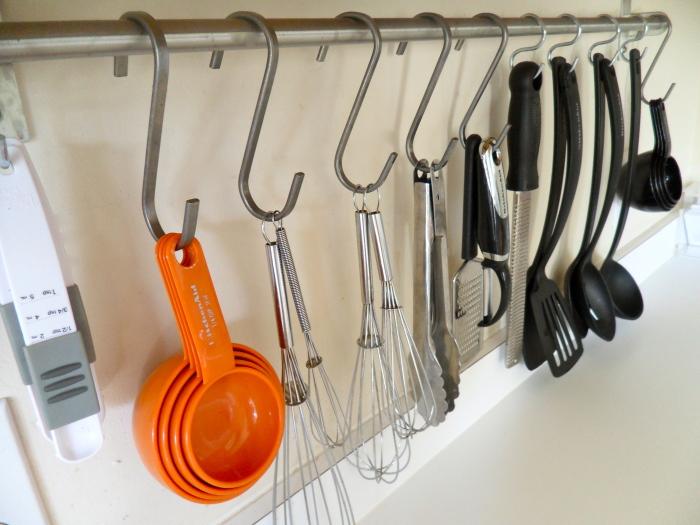 Металлические крючки на кухню позволяют размещать на перекладинах не только отдельные предметы кухонной утвари, но и системы полочек, контейнеров и держателей.