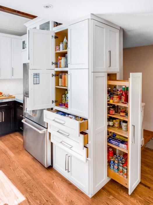 Необычный и очень вместительный шкаф с множеством полочек и потайных ящичков для хранения самых разных вещей.