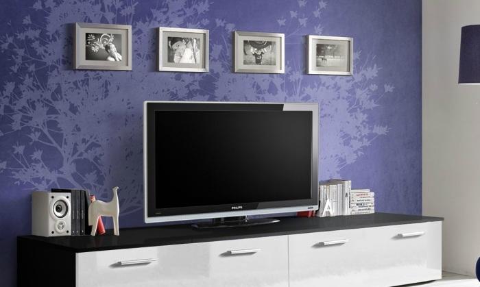 Фиолетовые обои создают в зоне для просмотра телевизора необычную композицию.