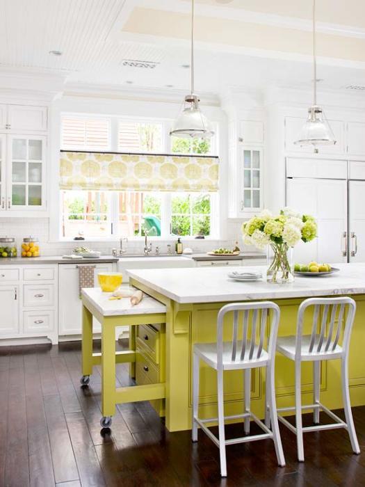 Прекрасное кухонное пространство, наполненное естественным светом благодаря большим окнам.