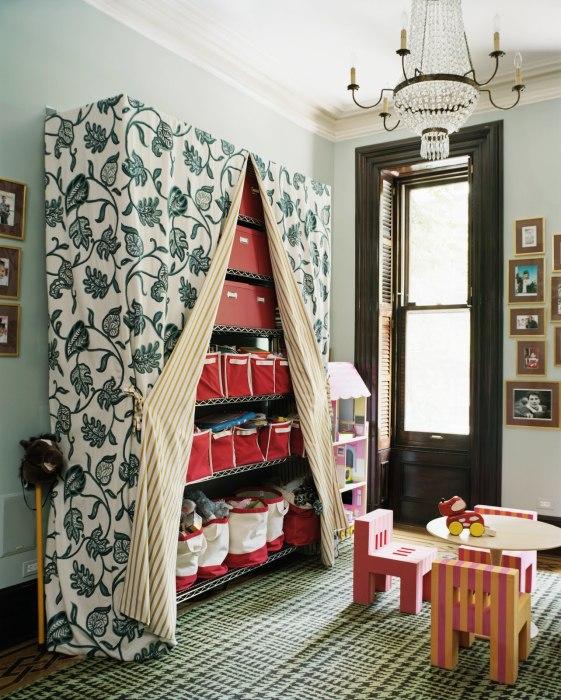 Стеллаж, закрытый плотной тканью, идеально вписывается в интерьер комнаты.
