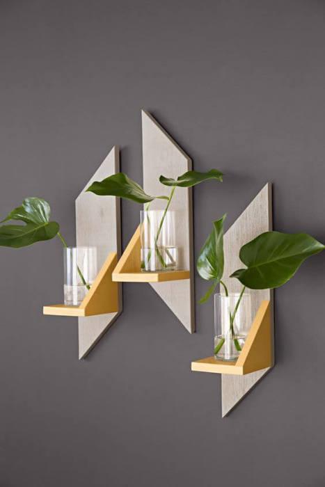 Для любителей необычных и интересных поделок предлагаются к рассмотрению деревянные полочки для комнатных цветов и растений, которые легко можно смастерить своими руками.