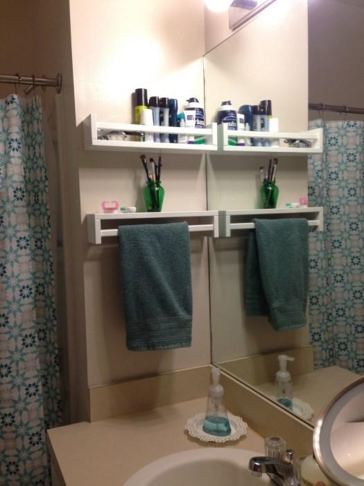 Полки в ванной комнате, которые выполняют двойную роль.