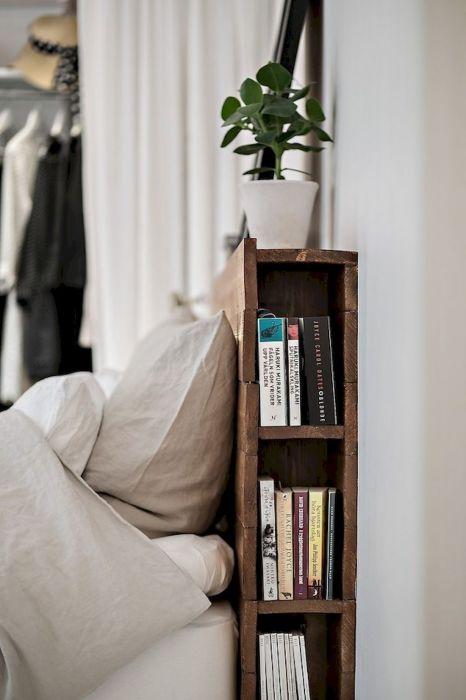 Изголовье кровати может стать отличным решением для удобного хранения любимых книг, читаемых перед сном.