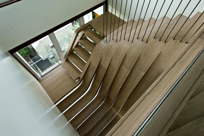 Плавные изгибы и красота линий делают эту лестницу уникальным произведением искусства.
