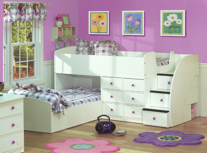 Детская комната в фиолетовых и бежевых тонах придаст интерьеру необычный вид.