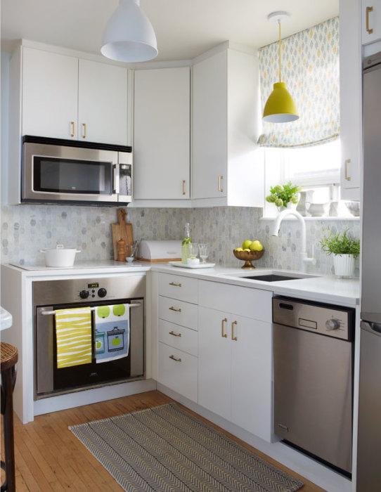 Разные оттенки белого позволяют углубить простой и однотонный интерьер кухни.