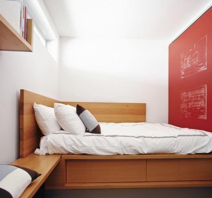 На фоне светлой отделки спальной комнаты даже незначительные проявления цветовой гаммы выглядят оригинально и необычно.