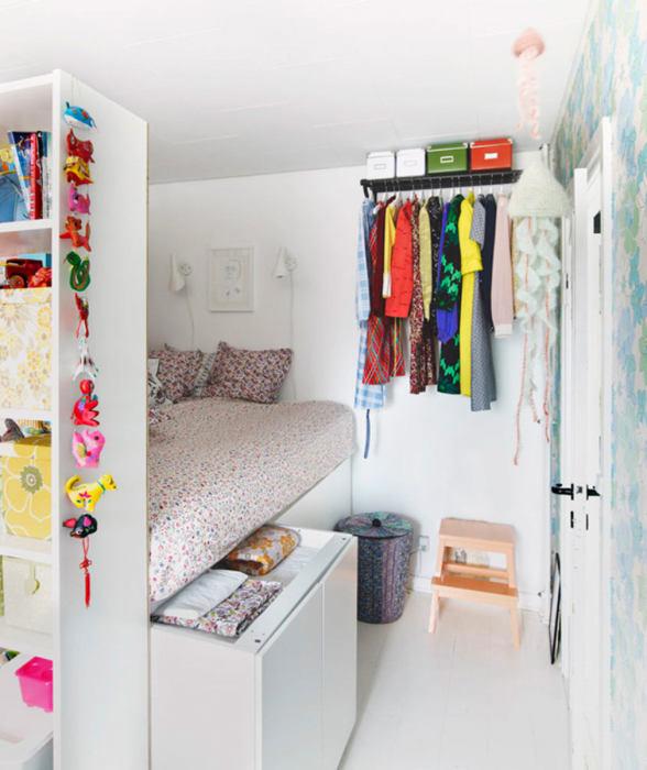 Встроенные шкафы – пример по-настоящему полезный для детской комнаты.