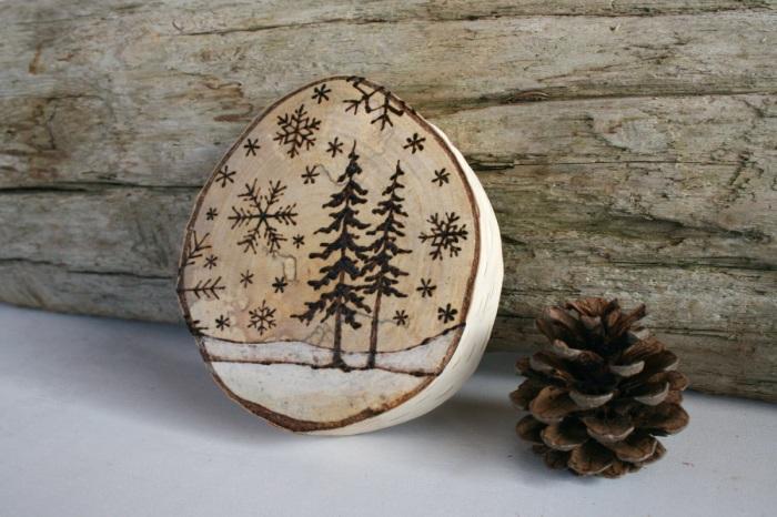 Зимний пейзаж на деревянном срубе, выполненный выжиганием по дереву.