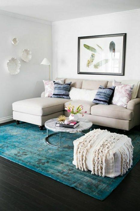 Гостиная комната, объединившая светлый и бирюзовый оттенок в своем интерьере.