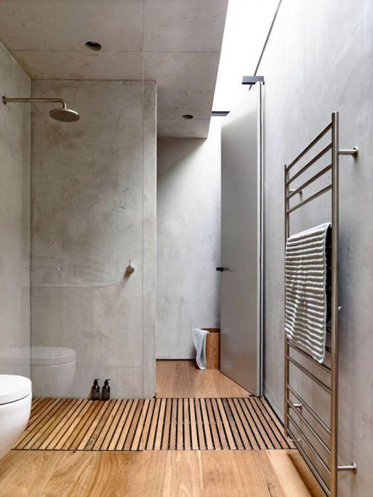 Сочетание натурально дерева и декоративного мрамора может выглядеть чрезвычайно эффектно и создавать приятную атмосферу в ванной комнате.