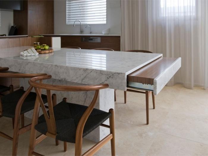 Раздвижной стол поможет получить дополнительную столешницу на кухне.