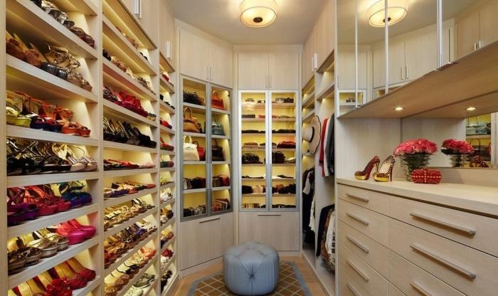 Современное оформление гардеробной комнаты в бежевых тонах.