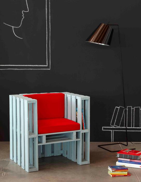 Оригинальный стул, сделанный из деревянных поддонов, изюминкой которого стали небольшие полки для книг.