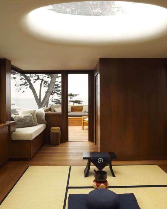 Натуральные материалы делают эту небольшую гостиную комнату в японском стиле по-настоящему роскошной.