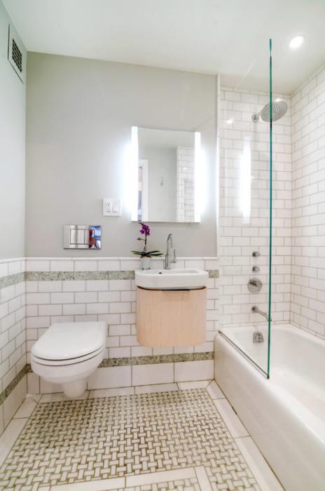 Светлый интерьер ванной комнаты с применением неоновой подсветки.