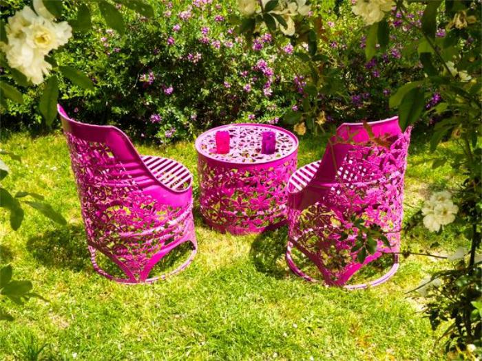 Яркая садовая мебель, созданная профессиональными дизайнерами из металлических бочек.