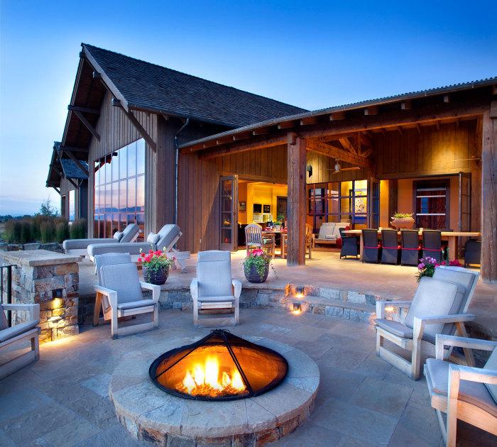 Розкішна майданчик зі зручними кріслами і місцем для розведення вогню стане справжньою окрасою присадибної ділянки.