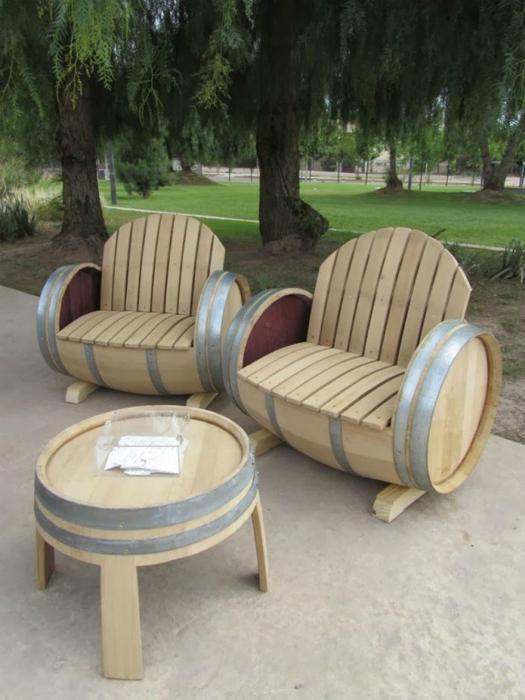 Удобная садовая мебель, изготовленная из старых деревянных бочек.