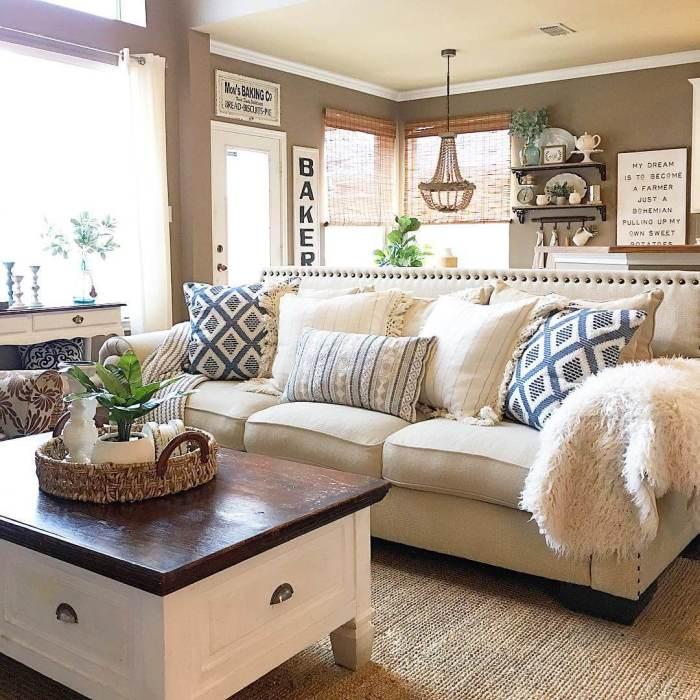 Интерьер современной гостиной комнаты оформлен в бежевом цвете, что создает ощущение свежести и чистоты.